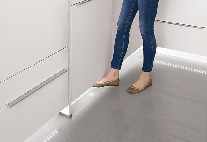 Кухонные шкафы nobilia открываются с помощью датчика.